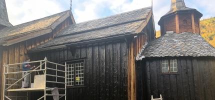 Hol gamle kyrkje får hardt tiltrengt vedlikehald