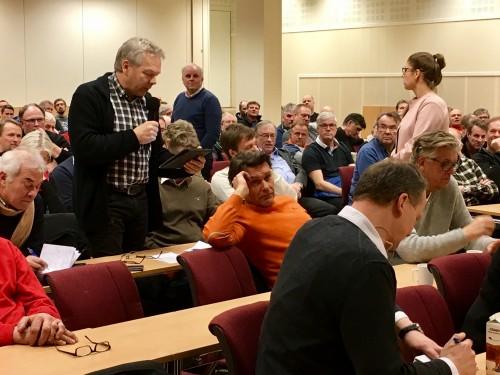 !Regionrådsleiar Knut Arne Gurigard spør og statsråden noterer! Foto. RIta Stavn