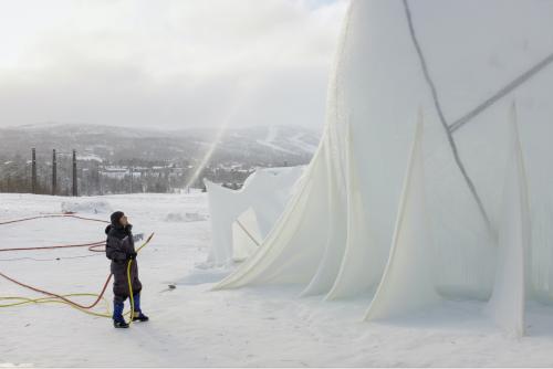 !Arbeidet med ismusikkarenaen går for fullt. Foto: Emile Holba