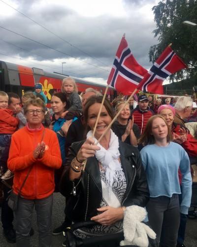 ! Folkehav på Ål stasjon når Sommertoget kommer. I front her Berit Svartberg Haugo (Foto: Iselin Haugo)